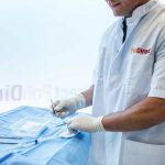 Foto arts bij tafeltje met steriele doek en gebruiksmaterialen verdoving