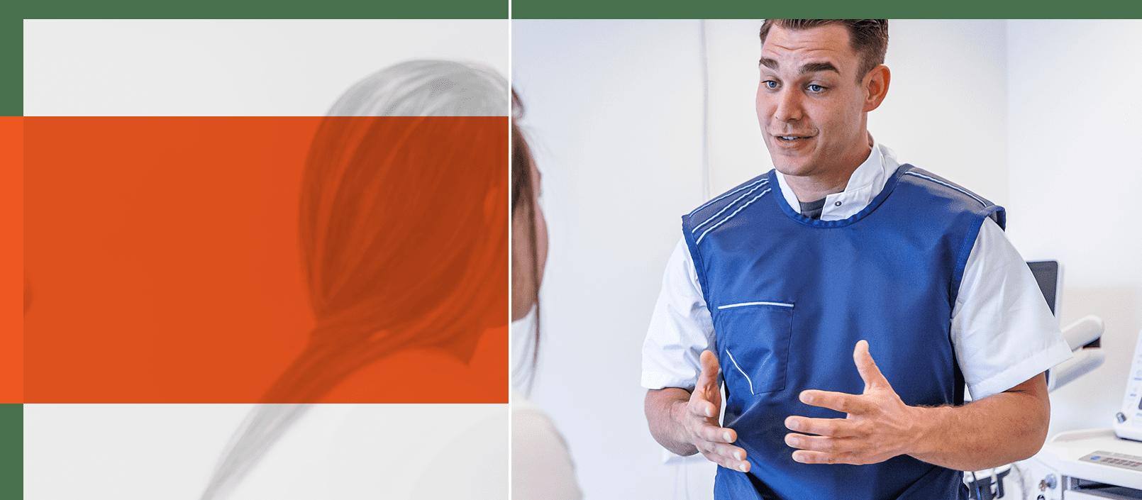 Foto arts PoliDirect geeft uitleg aan patiënt