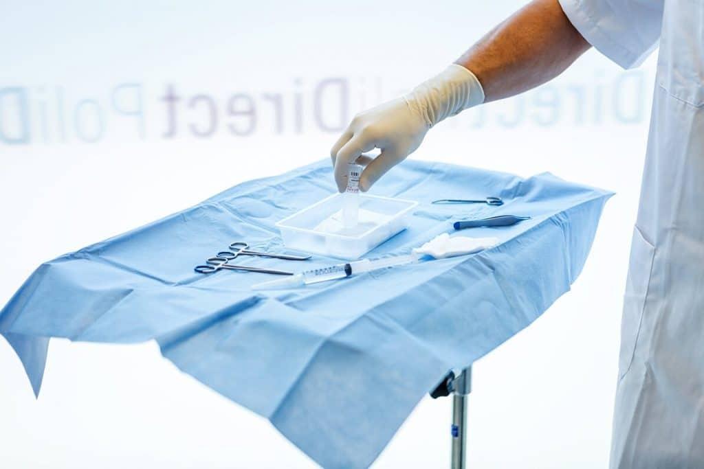 Foto Instrumenten arts op steriele blauwe doek