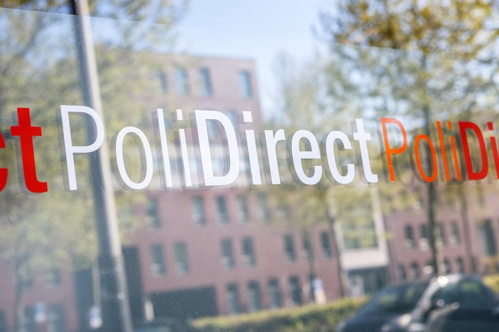 Raam PoliDirect met sticker PoliDirectlogo