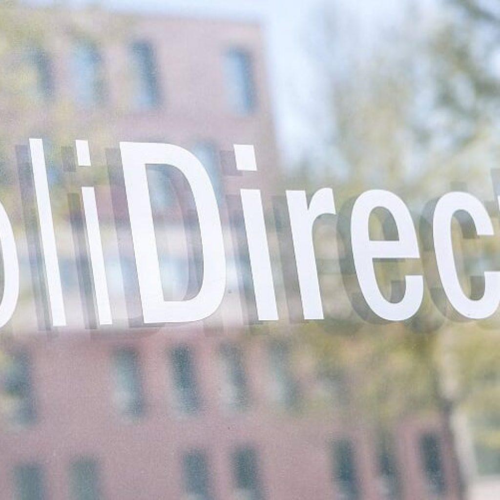 Raam PoliDirect met sticker PoliDirectlogo