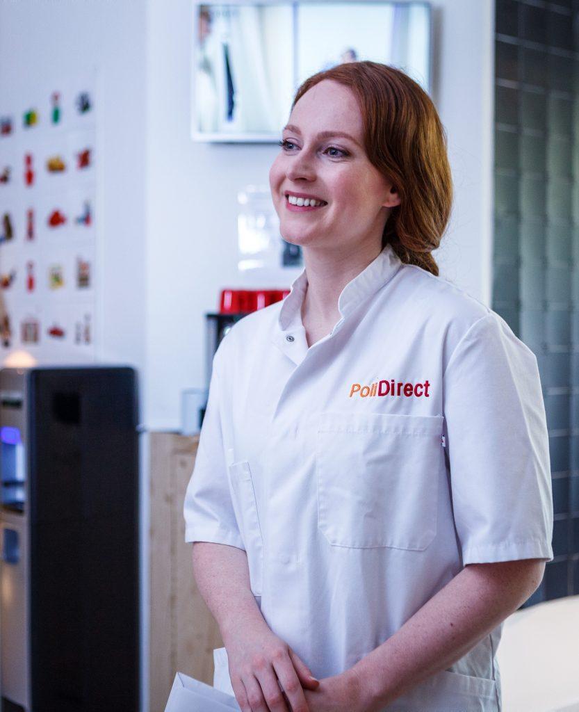 Verpleegkundige verwelkomt patiënt in wachtkamer PoliDirect Klinieken dermatologie korte wachttijden persoonlijke zorg